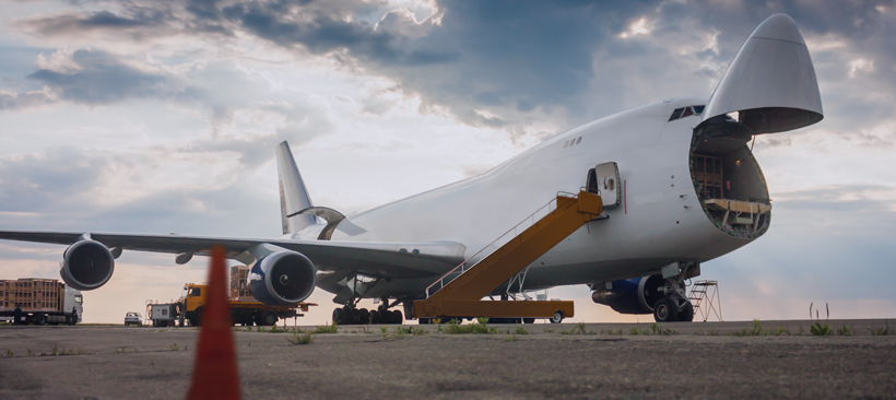 Chargement d'un avion par sa soute sur la piste d'un aéroport