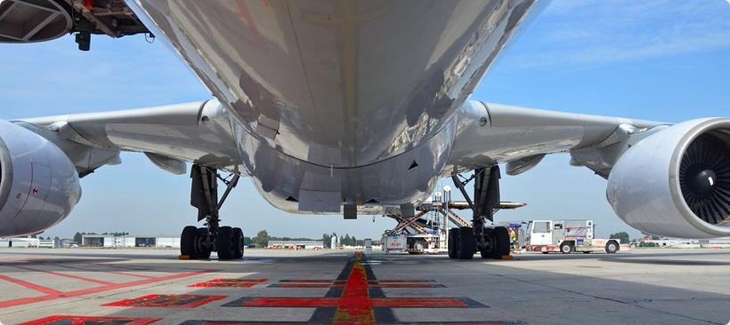 Vue de dessous d'un avion cargo pour fret aérien