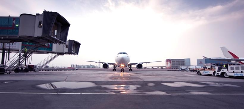 Un avion, transporteur de marchandises sur une piste d'aéroport