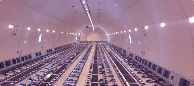 Intérieur vide d'un avion-cargo pour le transport aérien de marchandises
