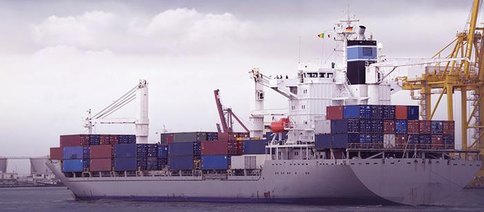 transport de conteneurs par un cargo de fret africain