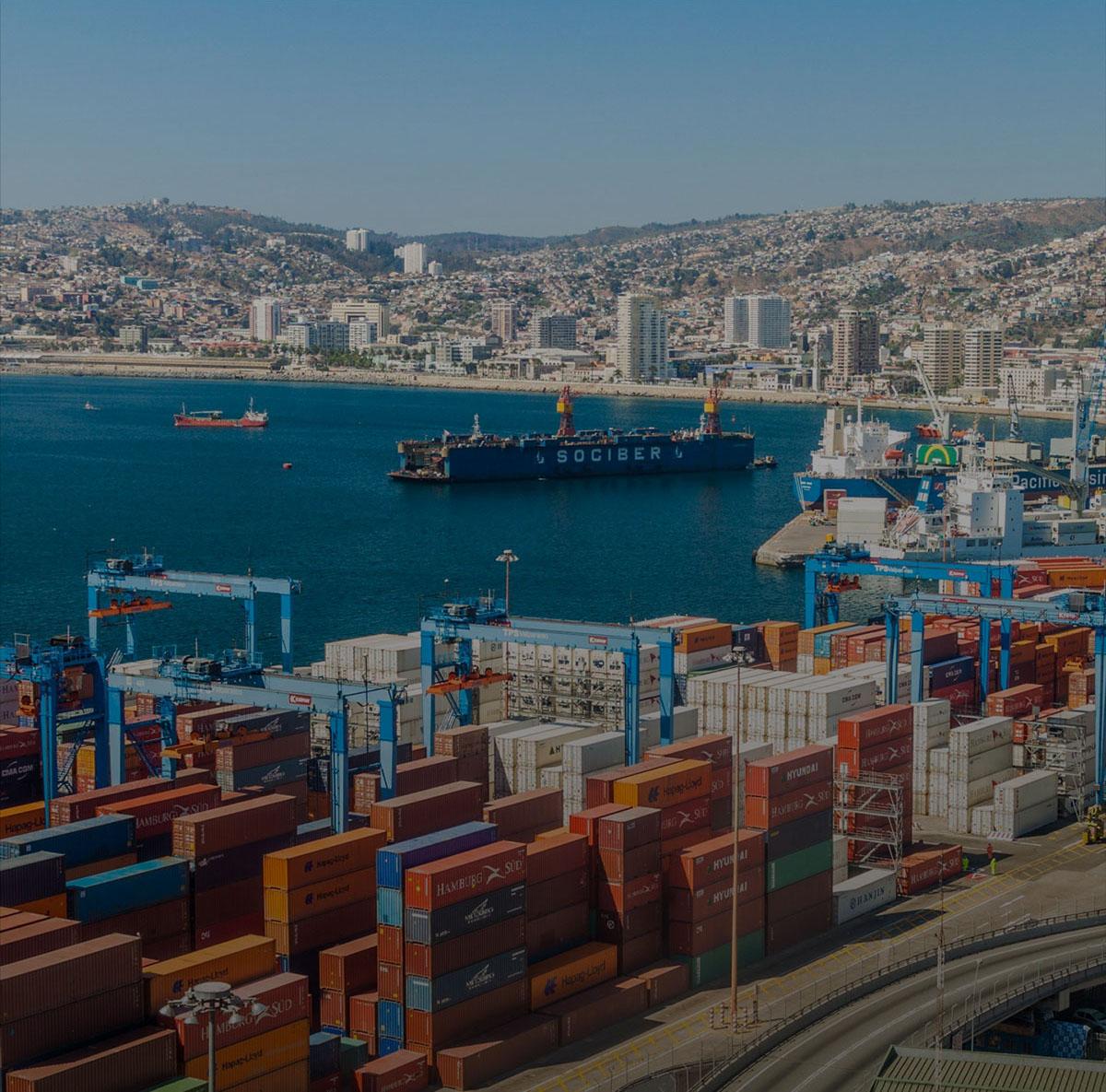 Payasage aérien d'un important port de transport maritime en amérique latine