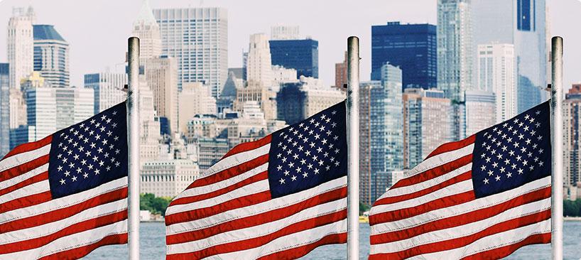 trois drapeaux américain devant la ville de new york au états unis