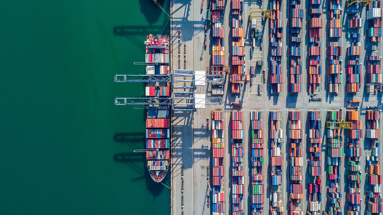 Vue aérienne d'un port de fret de marchandises en amérique du nord