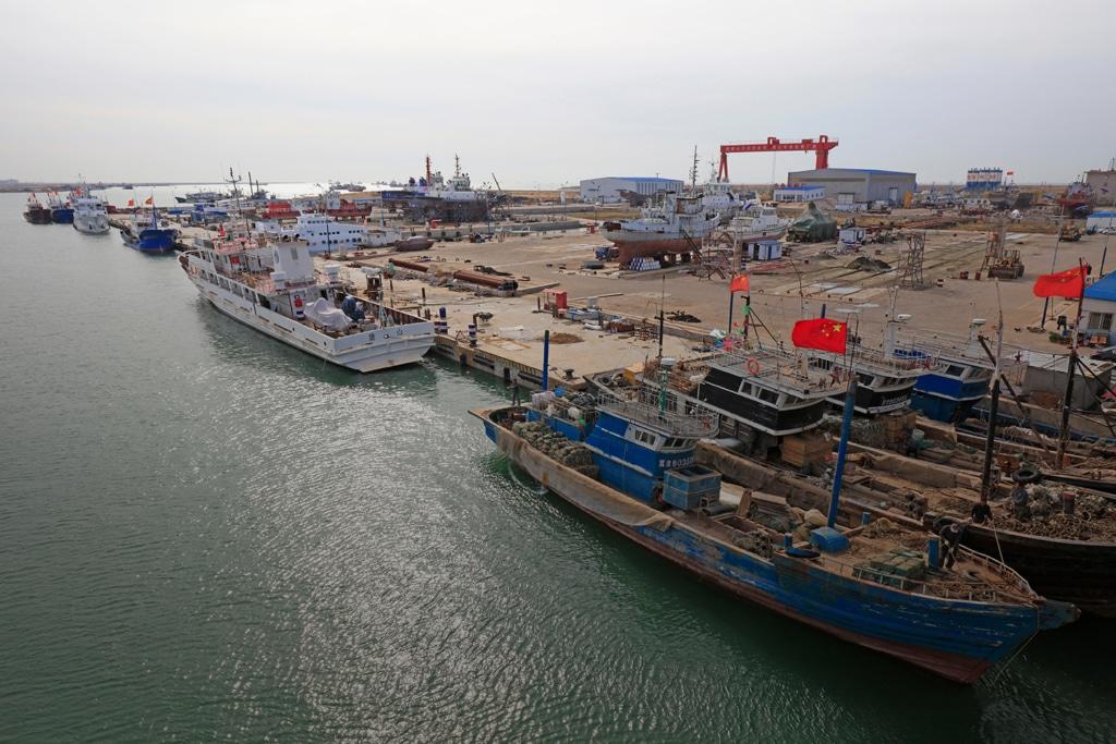 Vue aérienne d'un port de fret maritime sur le continent asiatique