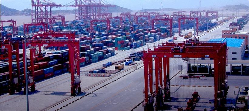 Le port de shanghai en chine, ainsi que ses grues et conteneurs