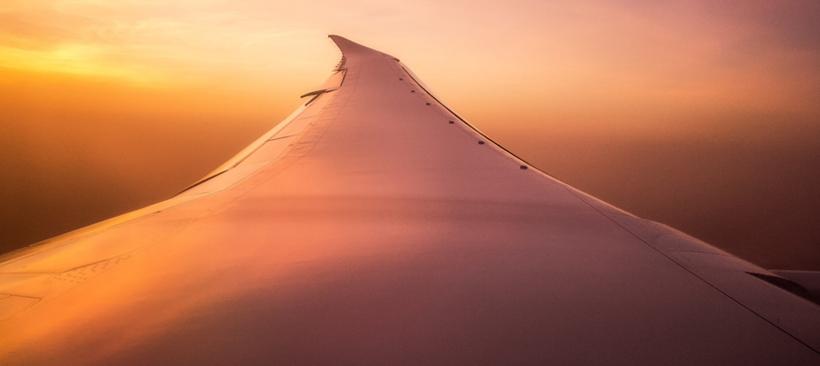 Avion cargo quittant la ville de Dhaka avec une expédition de colis à destination de l'Europe