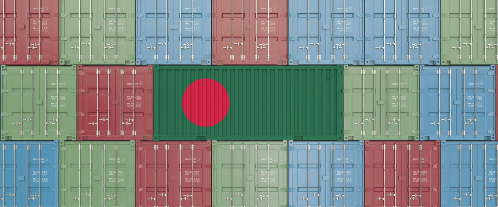 Des conteneurs empilés les uns sur les autres, dont un avec le drapeau du Bangladesh