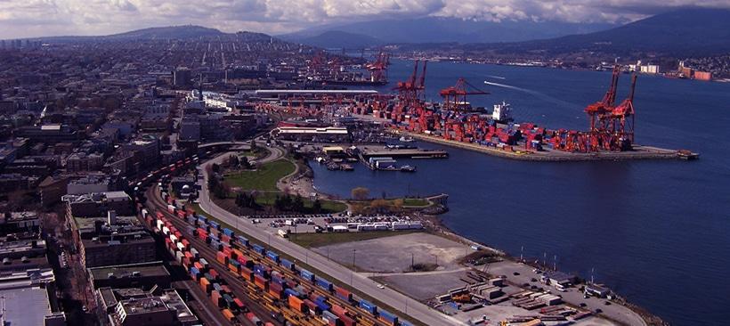 Vue aerienne d'un port et du fret situé au canada
