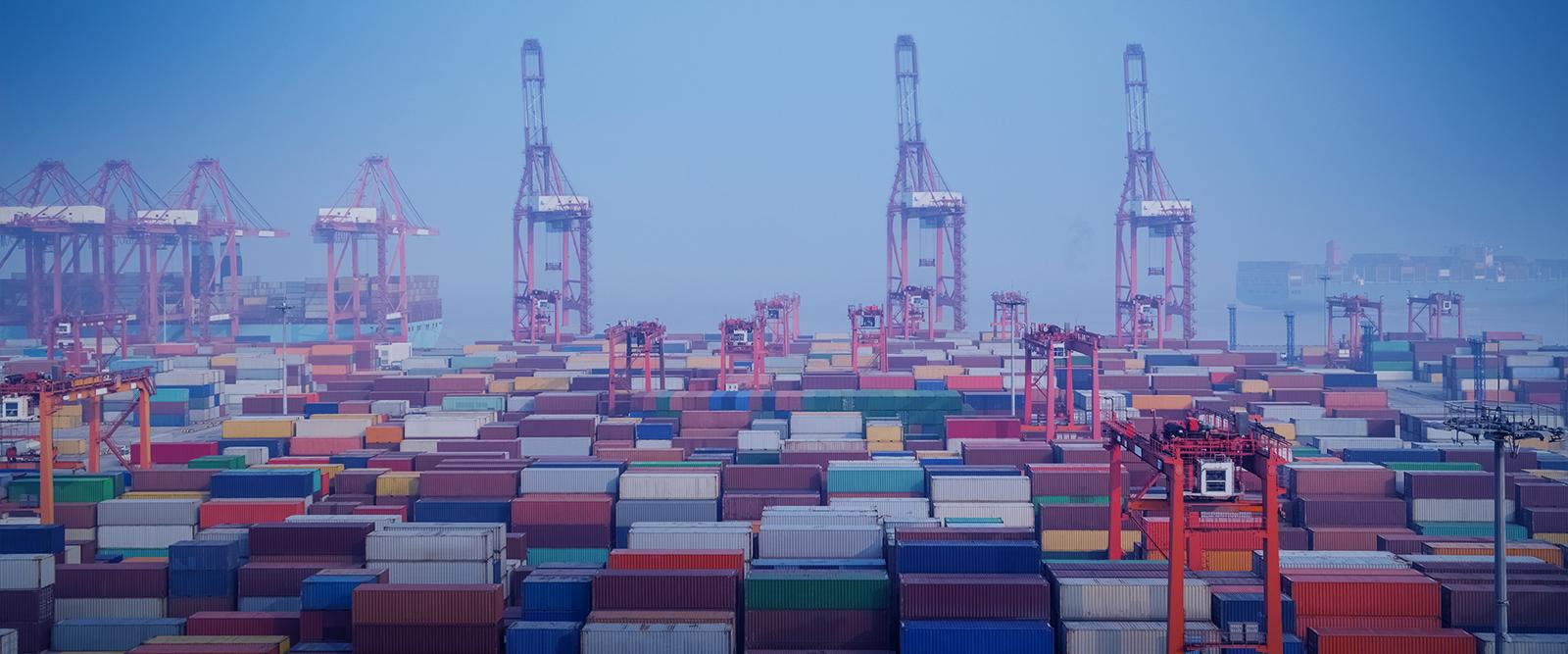 Conteneurs de plusieurs couleurs sur un port de transport de marchandises en Chine
