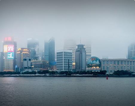 horizon de shanghai sous la brume en chine, la capitale économique du pays