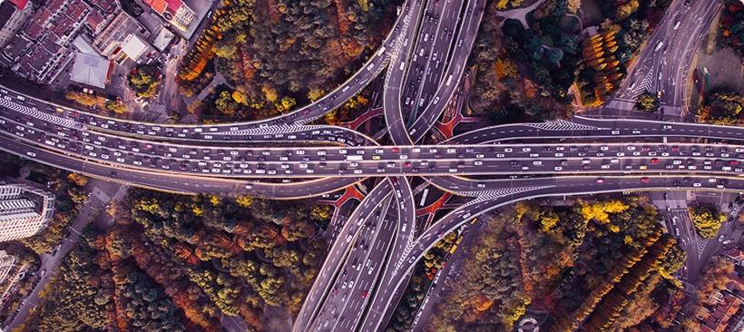 trafic de véhicules et de marchandises sur une autoroute en plein coeur d'une ville chinoise