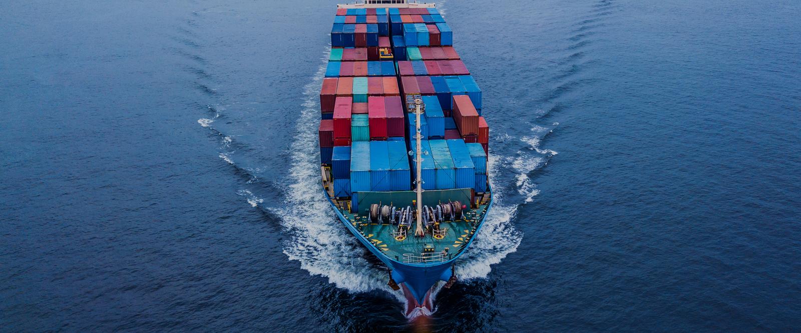 Bateau cargo transportant des contenurs sur l'océan