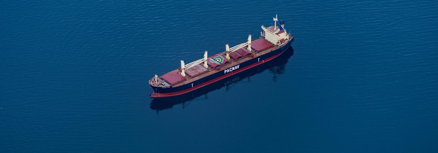 Bateau cargo transportant des marchandises traversant l'ocean