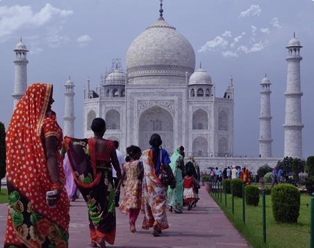 indiens se rendant vers taj mahal dans la ville de d'agra