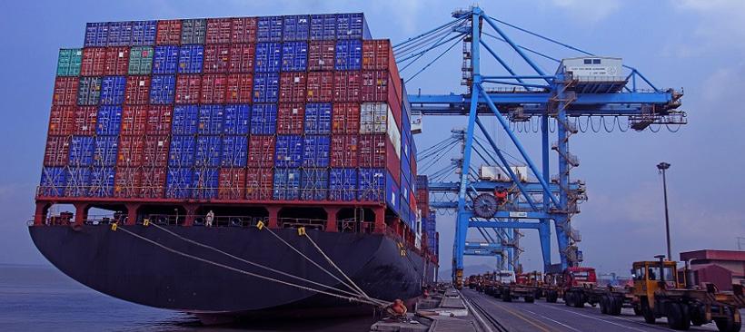 porte-conteneur amarrée au port de nhava sheva en inde