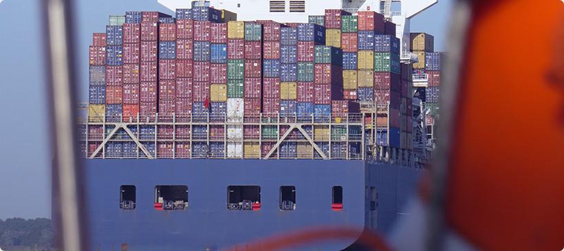 cargo transportant des marchandises dans un port en inde