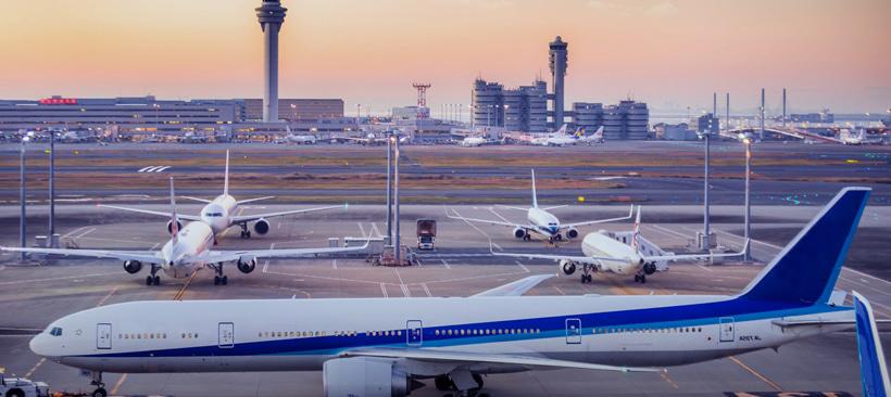 boings de la compagnie ana sur une piste de l'aéroport de tokyo