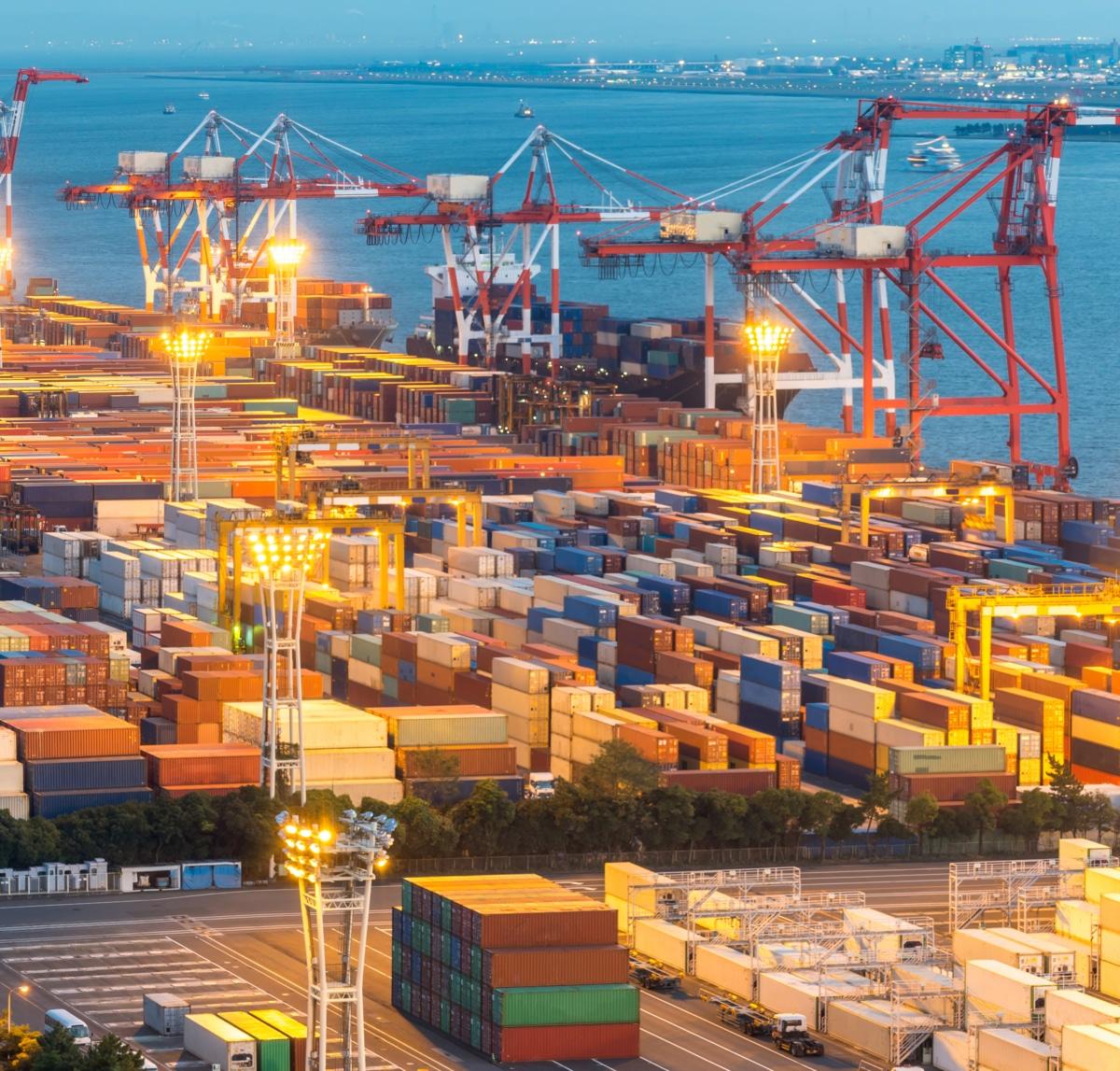 Port de fret de marchandises avec ses grues au Japon