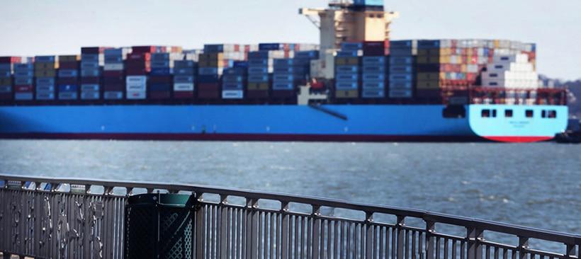 cargo entrant dans un port pour le transport de fret