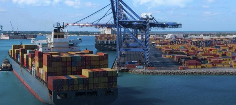 livraison de conteneurs par cargo dans un port de stockage