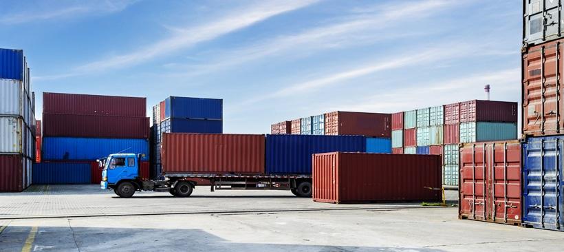 Transport de marchandises dans des conteneurs sur un port de fret maritime