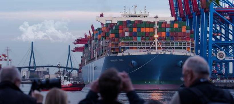 arrivée d'un navire transporteur de marchandises dans un port de commerce