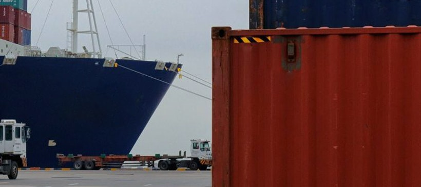 Conteneur rouge et un bateau cargo transporteur de marchandises