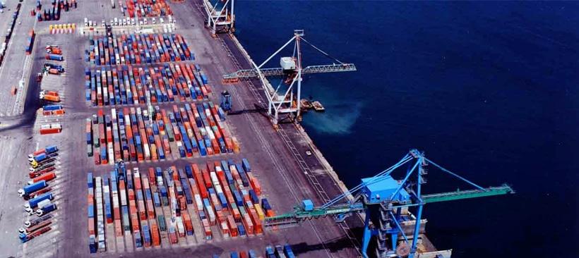 Port remplis de conteneurs pour le transport de marchandises