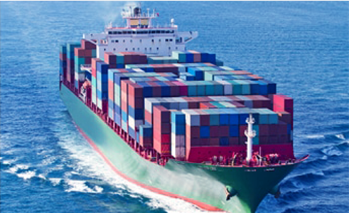 cargo porte-conteneurs traversant l'océan pour le transport de marchandise