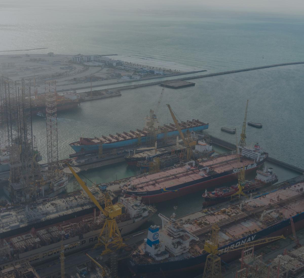 vue aérienne d'un port de transport maritime dans le moyen orient