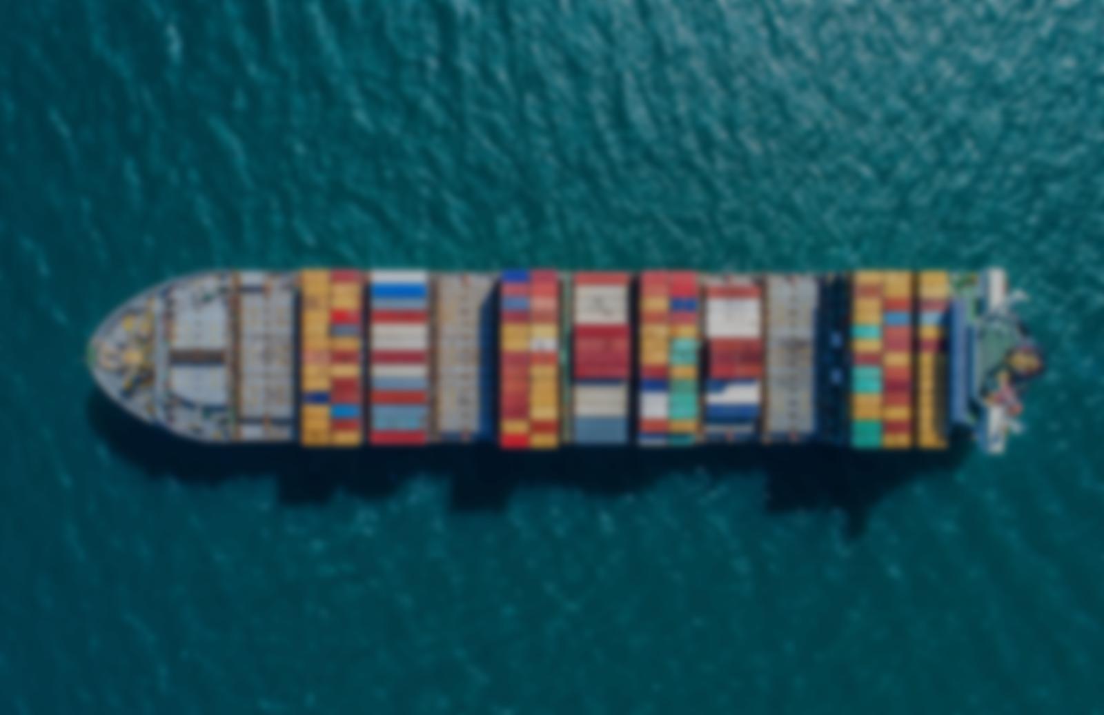 Vue aérienne d'un cargo avec ses conteneurs sur l'océan