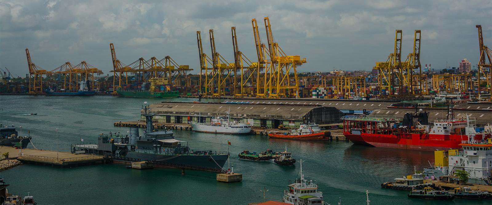 Vue aérienne d'un port de fret maritime avec ses conteneurs et bateaux au Sri Lanka