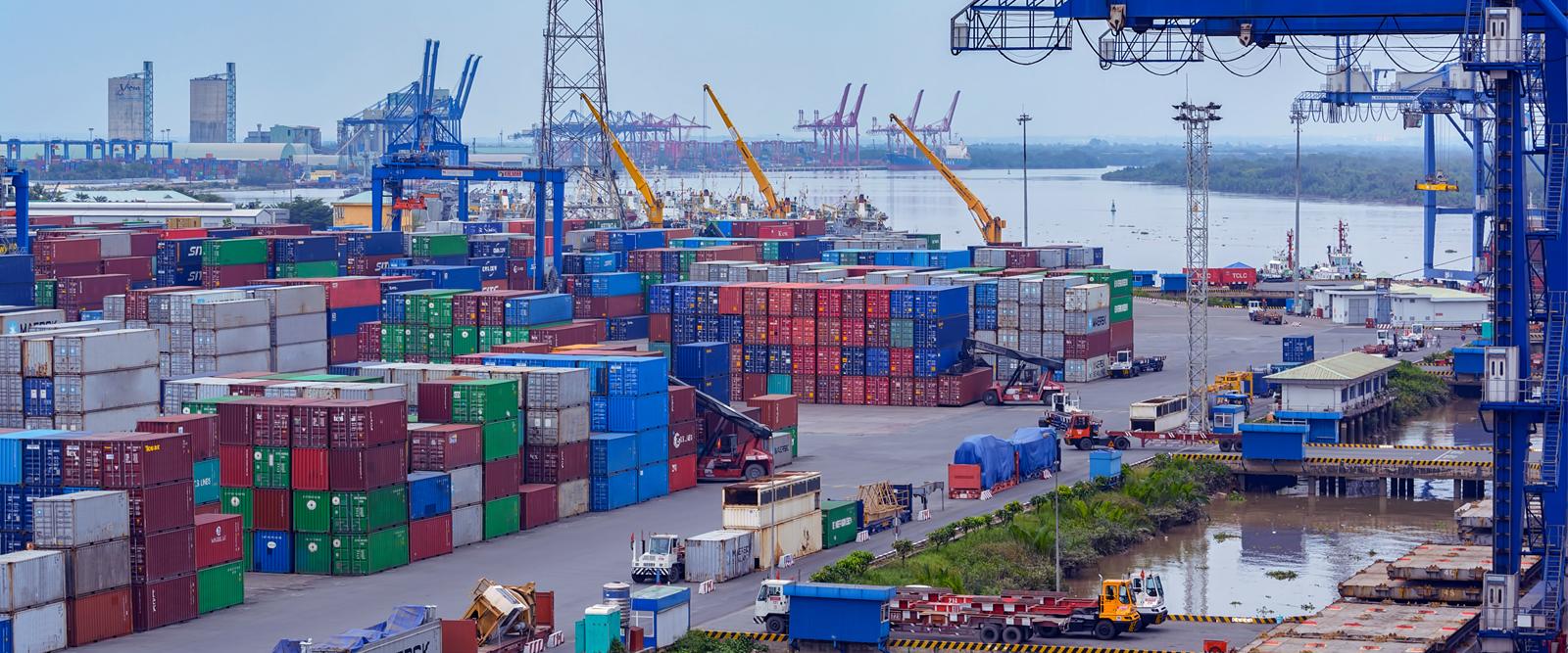 Logisitque de marchandises sur le port d'Ho Chi Minh au Vietnam avec ses grues et conteneurs