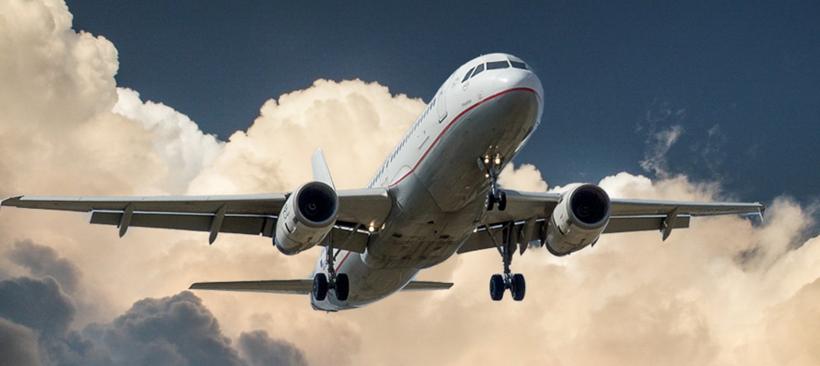 Un avion cargo qui décolle dans un ciel nuageux